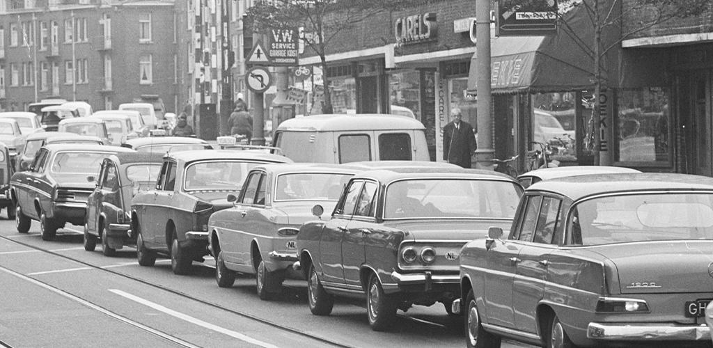 Verkeersdrukte in Amsterdam, een lange file autos bij Hoofddorpplein richting Zeilstraat - 2 oktober 1967